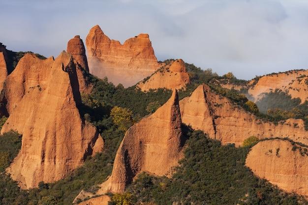 Belle photo des formations rocheuses avec des arbres entre les deux