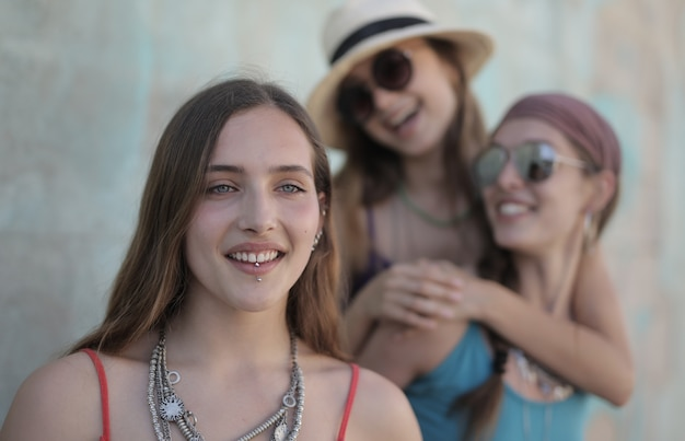 Belle photo d'un groupe d'amies s'amusant avec des accessoires