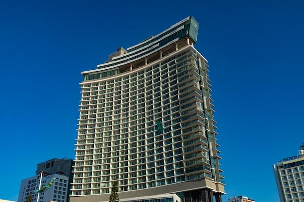 Belle photo d'un immeuble sous un ciel bleu à nha trang