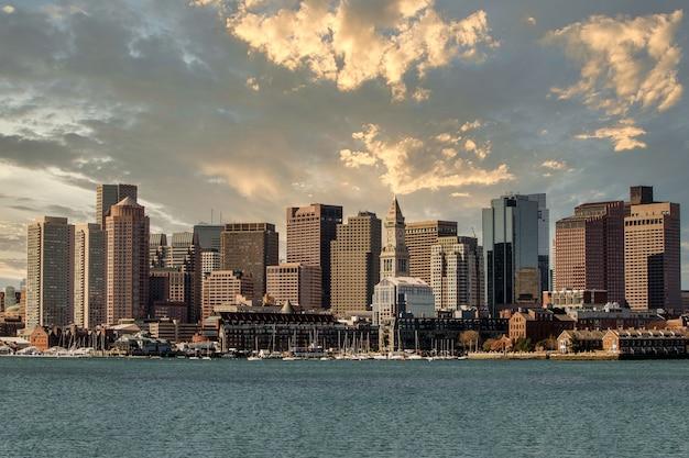 Belle photo de lopresti park à boston, aux états-unis sous un ciel nuageux au coucher du soleil