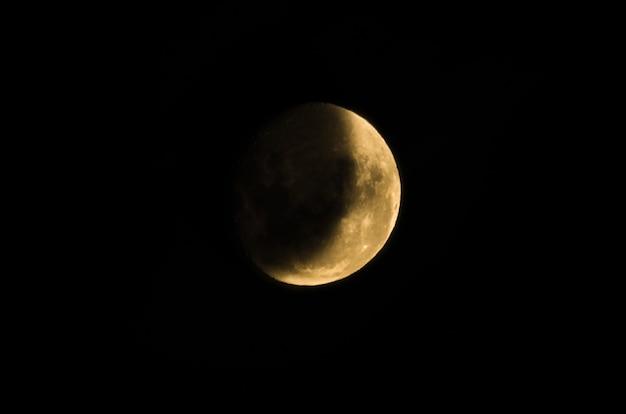 Belle photo de la lune décroissante en gros plan