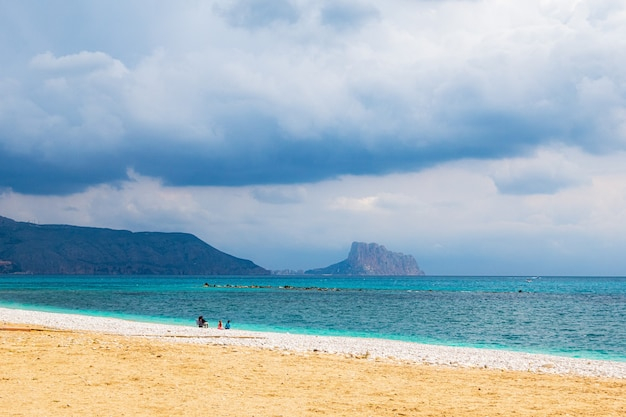 Belle photo d'une mer calme par une journée d'été ensoleillée