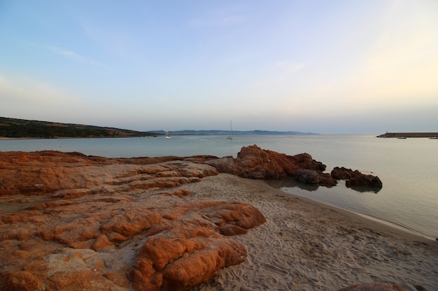 Belle photo de la mer entourée de nombreuses formations rocheuses par une journée ensoleillée