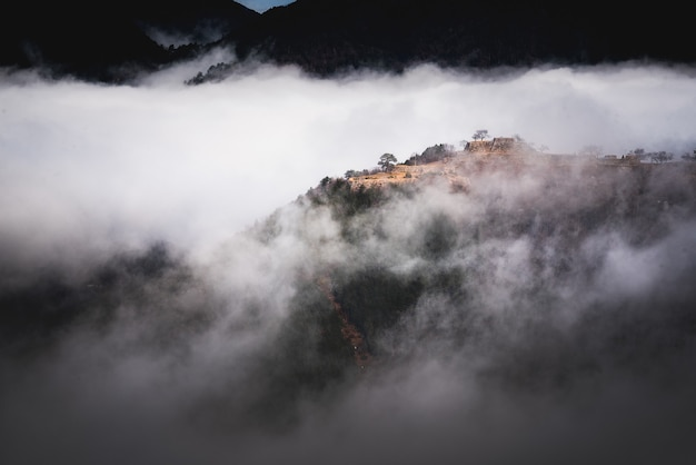 Belle photo d'une montagne au-dessus du brouillard