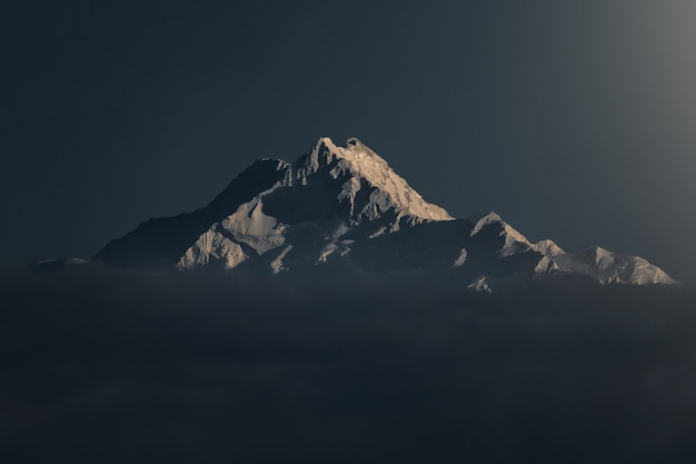 Belle photo d'une montagne enneigée au coucher du soleil