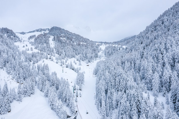 Belle photo de montagnes enneigées en hiver