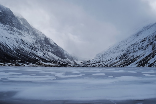 Belle photo de montagnes enneigées près d'un lac gelé en norvège