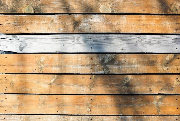 Belle photo d'un mur en bois avec une ombre sur la surface
