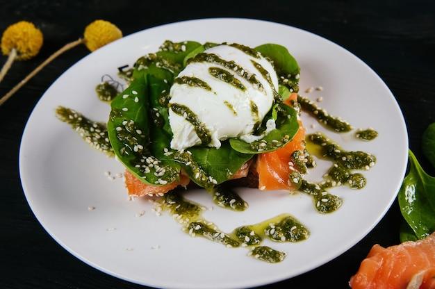 Belle photo d'une nourriture décorée dans un restaurant
