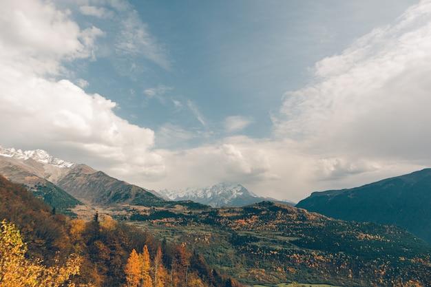 Belle photo de paysage de montagne d'automne avec des couleurs jaune et orange en automne.