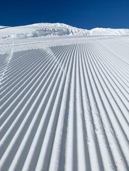 Belle photo d'un paysage de montagne enneigé avec des lignes parfaites