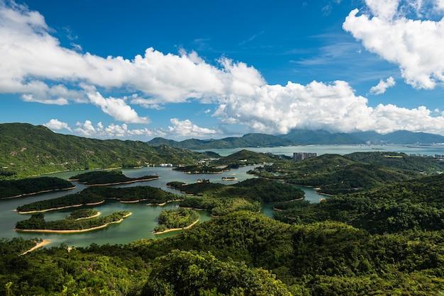Belle photo d'un paysage nuageux au-dessus des petites îles et de la mer