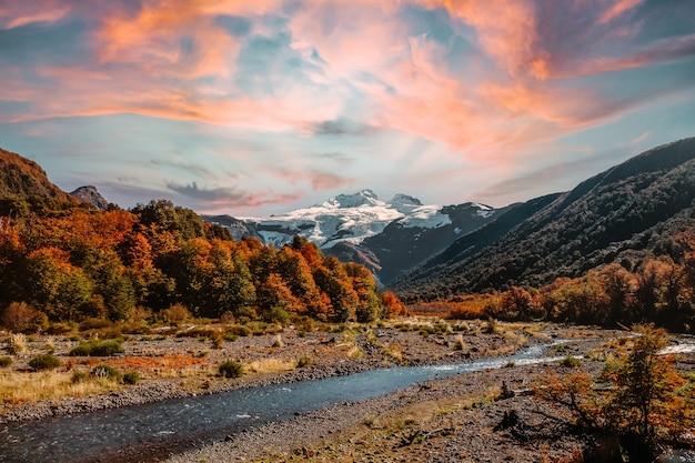 Belle photo d'un paysage sauvage au coucher du soleil
