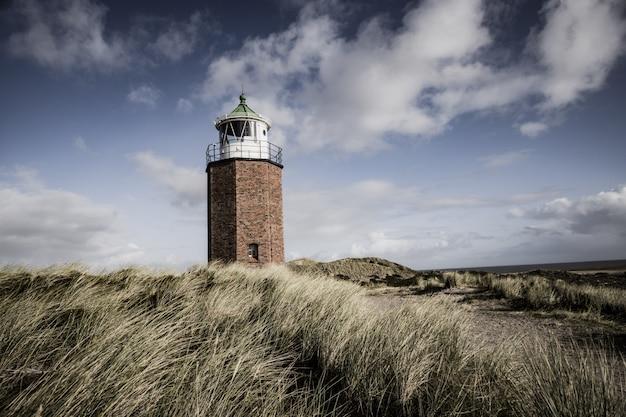 Belle photo d'un phare dans l'île de sylt en allemagne par temps nuageux