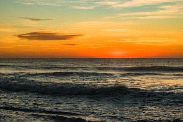 Belle photo de la plage d'entrée nord au lever du soleil