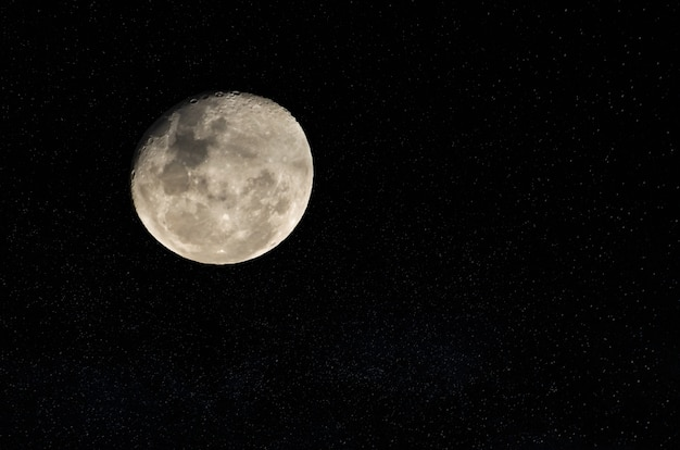Belle photo de la pleine lune en gros plan