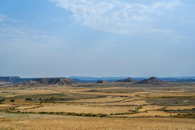 Belle photo de la région naturelle semi-désertique des bardenas reales en espagne