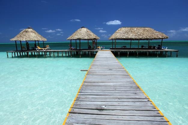 Belle photo d'un sentier en bois menant au bungalow dans la partie peu profonde de la plage de cuba