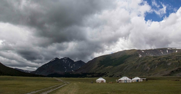 Belle photo d'un terrain de camping et des montagnes qui l'entourent par temps nuageux