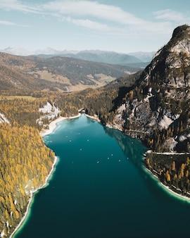 Belle photo verticale du parco naturale di fanes-sennes-braies prags, italie