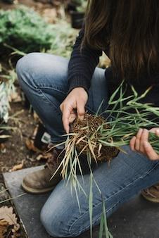 Belle photo verticale d'une femme faisant un jardinage