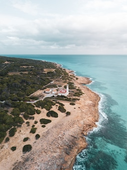 Belle photo verticale d'une villa située au bord de la mer