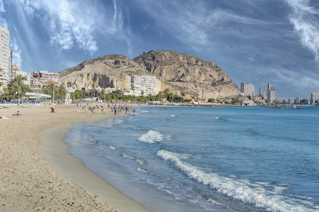 Belle photo de la vue depuis la plage de postiguet en espagne