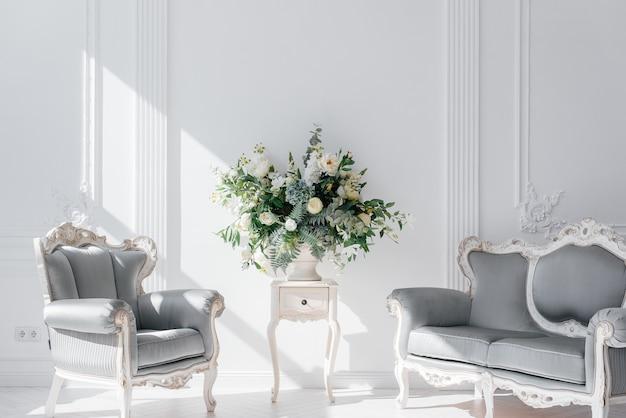Belle pièce lumineuse aux couleurs blanches