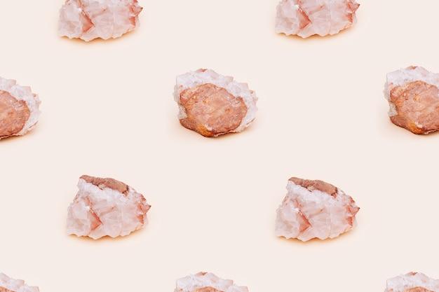Belle pierre minérale de calcite sur fond clair. pierre précieuse naturelle translucide solide.
