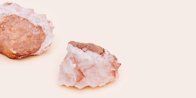 Belle pierre minérale de calcite sur fond clair.