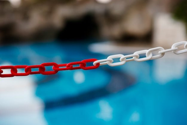 Belle piscine bleue avec des lieux de repos.