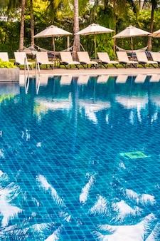 Belle piscine extérieure de luxe dans un hôtel et complexe