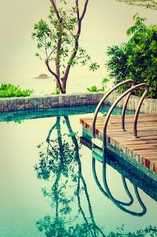Belle piscine de l'hôtel de luxe