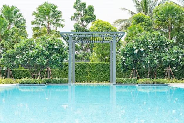 Belle piscine de luxe avec palmier