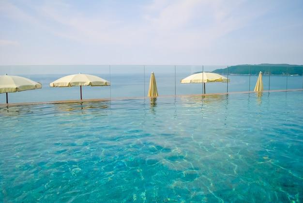 Belle piscine par une chaude journée étouffante