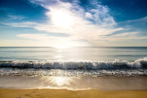 Belle plage au coucher du soleil