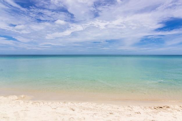 Belle plage avec un ciel bleu à samui en thaïlande