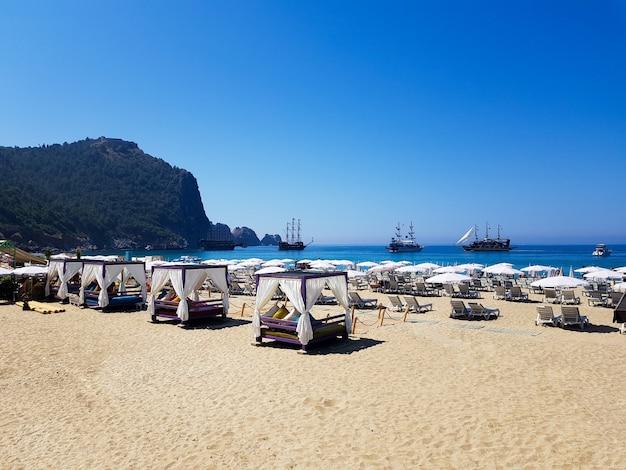 Belle plage de cléopâtre avec en toile de fond des navires à alanya turquie