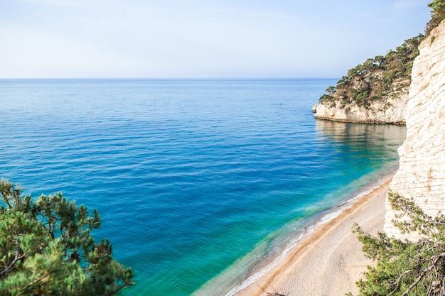 Belle plage dans la réserve gargano ci-dessus vue