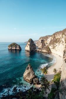Belle plage de diamant sur l'île de penida, bali, indonésie