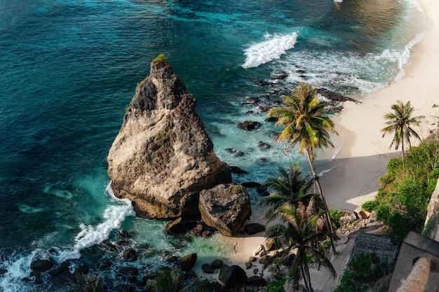 Belle plage de diamants sur l'île de penida, bali, indonésie