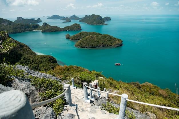 Belle plage du parc national d'ang thong, thaïlande