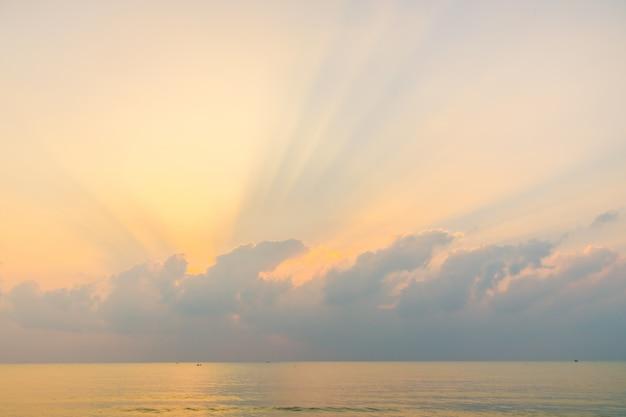 Belle plage et mer au lever du soleil