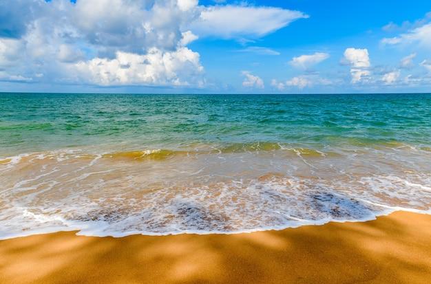 Belle plage et mer avec fond de ciel bleu à mai khao beach phuket, thaïlande. journée ensoleillée concept de temps de voyage.