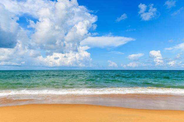 Belle plage et mer avec surface blue sky à mai khao beach phuket, thaïlande. journée ensoleillée concept de temps de voyage.