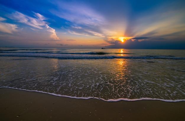 Belle plage nuageuse