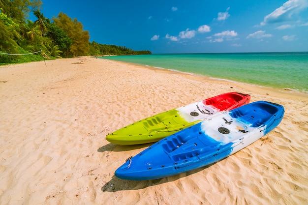 Belle plage paradisiaque et mer avec kayak