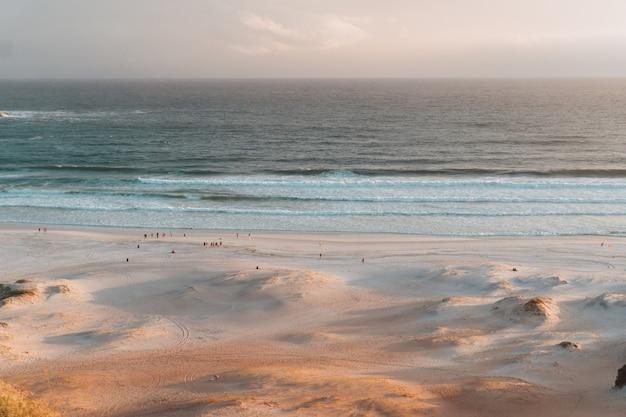 Belle plage de rio de janeiro au coucher du soleil