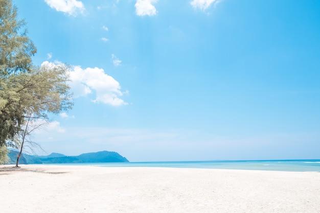 Belle plage de sable blanc avec une île en voyage de concept de l'heure d'été