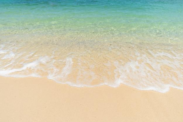 Belle plage de sable clair et mer bleu clair tropicale. vague douce de l'océan bleu sur la plage de sable. eau claire, eau claire.